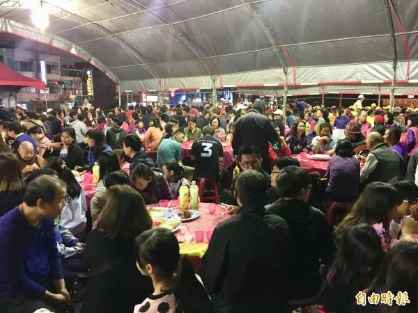 馬祖人的宗教盛事「媽祖昇天祭」在桃園,晚上席開百桌,千人一同享用馬祖道地美食。(記者魏瑾筠攝)