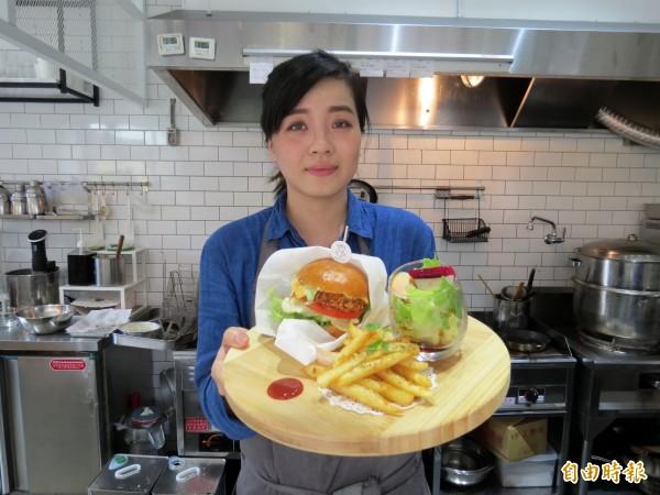 李婕綾發揮創意,改造傳統小吃,受到年輕人喜愛。(記者張菁雅攝)