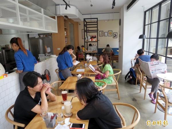 簡潔明亮的空間看似咖啡館,賣的卻是台灣傳統美食。(記者張菁雅攝)