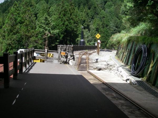 太平山蹦蹦車行駛路段被蘇拉颱風摧殘,修復工程艱鉅。(記者張議晨翻攝)