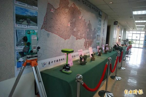 雅潭地政所展出的各式土地測量儀器。(記者歐素美攝)