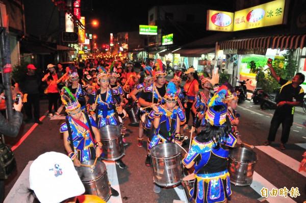人口2.5萬人玉里小鎮慶祝百歲上街踩街,源城國小學童表演森巴鼓。(記者花孟璟攝)