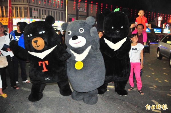 世大運熊讚(中)、觀光局喔熊(左)、以及台灣黑熊保育協會的黑寶(右),今天站上玉里街頭成為超級明星。(記者花孟璟攝)