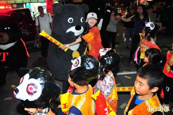 熊熊魅力無法擋,讓民眾爭相討抱抱。(記者花孟璟攝)