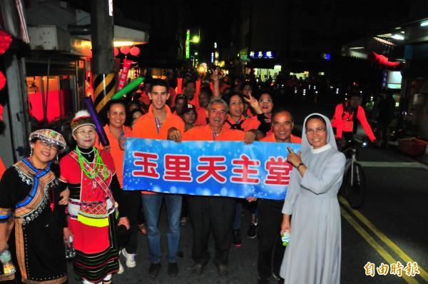 來台奉獻超過半世紀的法國神父劉一峰(右三),今年取得台灣身分證,也以玉里鎮民身份,和玉里天主堂的修女義工上街同樂。(記者花孟璟攝)