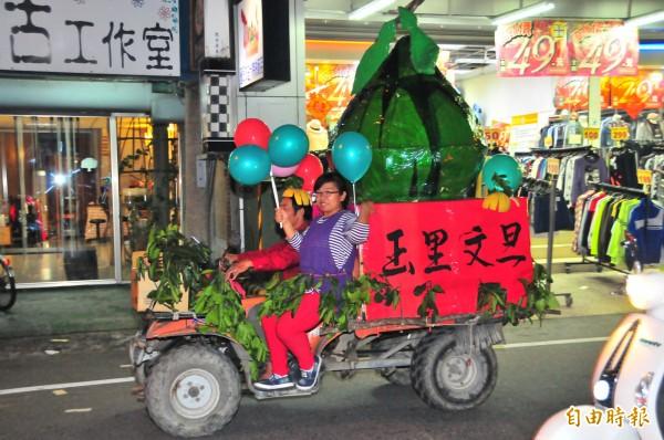 慶祝玉里鎮一百歲,玉里文旦也上街促銷啦。(記者花孟璟攝)