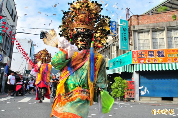 玉里鎮白天開始慶祝鎮慶,有宮廟陣頭遊街熱鬧非凡。(記者花孟璟攝)