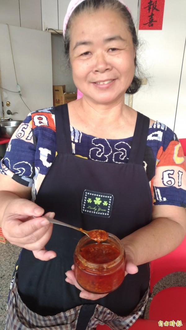 歐素娥自製辣椒醬,也是該店招牌。(記者廖淑玲攝)