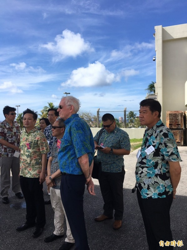 蔡英文總統抵達關島,由美國在台協會主席莫健(中)等人自接機。(特派記者鍾麗華攝)