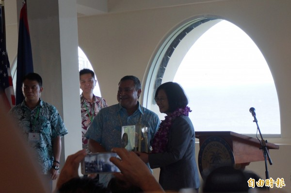 蔡英文總統赴關島總督府,關島總督卡佛致贈紀念品。(特派記者鍾麗華攝)