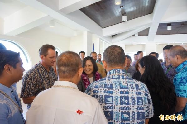 蔡英文總統在關島總督府,與當地政要會見, 包括當地的關島議會參議員、最高法院法官均出席。(特派記者鍾麗華攝)