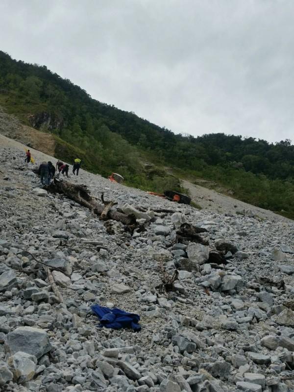 花蓮和仁白雲礦區今早9點多,有一台怪手疑似為了閃避崩落土石不慎翻覆陡坡,當場造成50歲的高姓司機臟器外露、明顯死亡。(花蓮縣消防局提供)