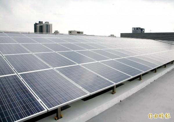 台中市多處公有建物屋頂已設置太陽能發電系統。(記者張菁雅攝)