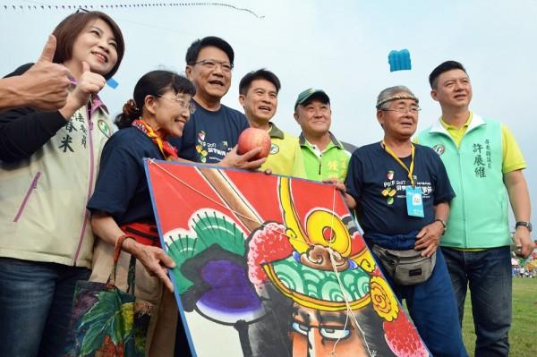 屏東縣長潘孟安(左三)歡迎來自國外的風箏高手。(記者羅欣貞翻攝)