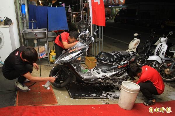 張子鈞開設的機車店專業又親切,員工和學徒們正忙著將客人的機車刷洗得亮晶晶。(記者廖雪茹攝)