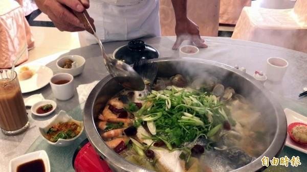 來店打卡加1送大盆魚,如臉盆般大的鮮鱸魚,圍繞著蝦、蛤蜊,令人食指大動,很難想像只需1元。(記者黃良傑攝)