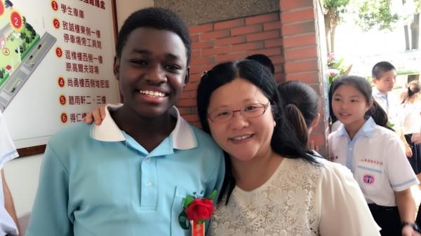 Jayson今年一起參加南榮國中的畢業典禮,是新鮮體驗。(記者陳彥廷翻攝)