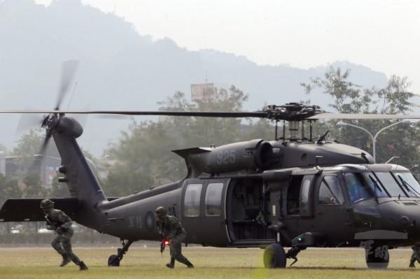 特戰營官兵與黑鷹直升機進行陸空聯訓。(圖由軍聞社提供)