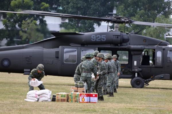 黑鷹直升機進行物資運補。(圖由軍聞社提供)