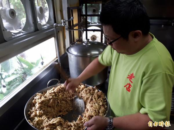 新竹市老店薑母雞的薑母除用麻油煸炒,還會加入20幾種藥材的中藥藥材包,最後炒成像黑碳般的薑母塊,就成了薑母雞湯鍋的獨特基底。(記者洪美秀攝)