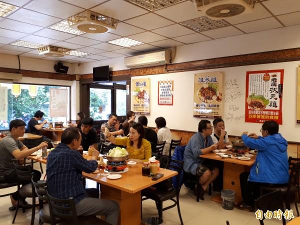一到入秋季節,新竹市老店薑母雞店就湧入用餐及排隊人潮。(記者洪美秀攝)
