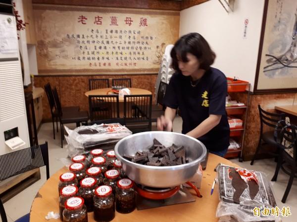 新竹市老店薑母雞還有獨特的醬料豆腐乳和辣椒醬,讓人吃鍋配醬料更美味。(記者洪美秀攝)
