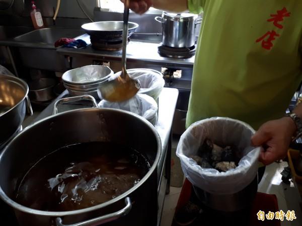 補冬季節到了!新竹市老店薑母雞以煸炒過的中藥薑母為基底,並採用烏骨雞,讓人吃了暖胃又暖身。(記者洪美秀攝)