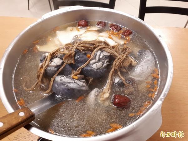 補冬季節到了,新竹市老店薑母雞除了薑母雞,還有以菇類為基底的養生狀元雞,適合長輩或懷孕和哺乳婦女及成長中的孩子食用。(記者洪美秀攝)