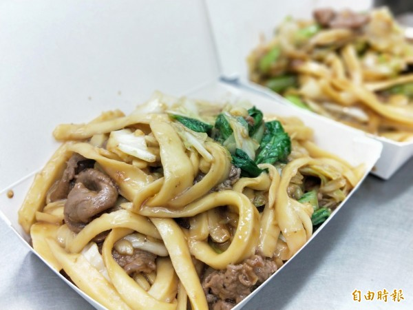 牛肉刀削炒麵的牛肉,用料很實在。(記者何玉華攝)
