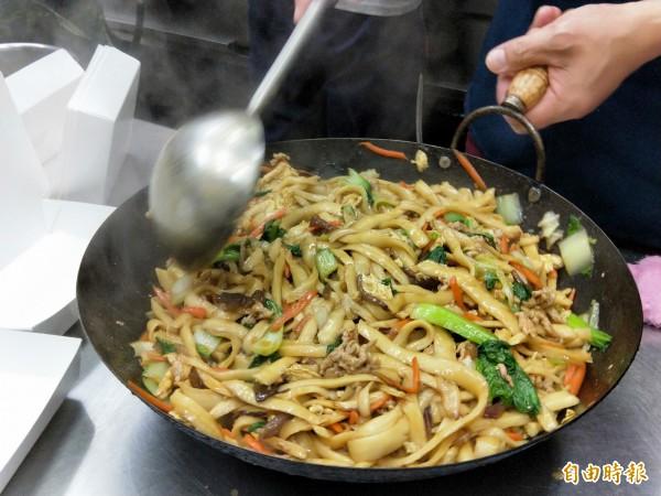 大鍋炒的木須刀削麵,看得到豐富的用料。(記者何玉華攝)