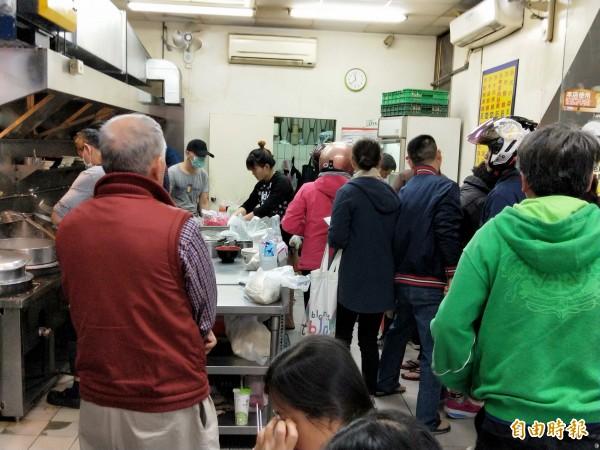 用餐時間前後,小小的店面擠滿人。(記者何玉華攝)
