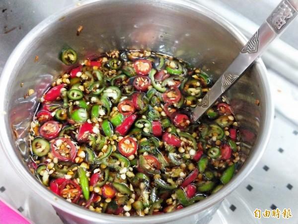 紅、綠辣椒特調的醬油,是嗜吃重口味者的最愛。(記者何玉華攝)