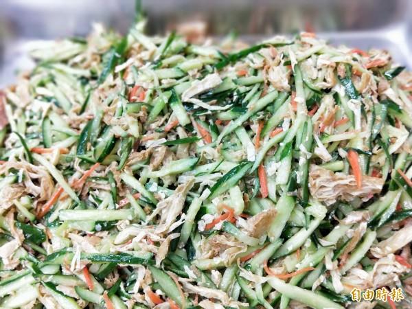 小黃瓜拌炸豆皮等小菜,也是當天現場現做。(記者何玉華攝)