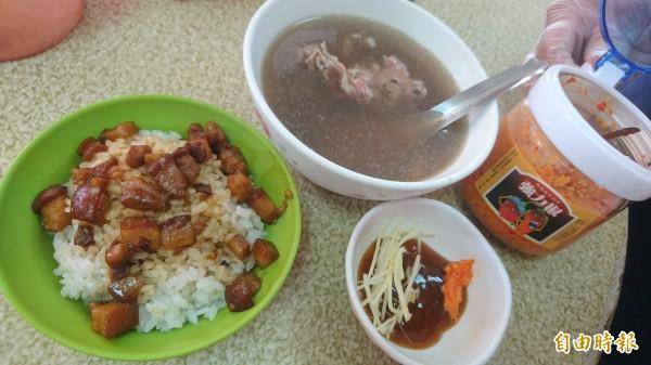 一碗牛肉湯配上肉燥飯,蘸醬則是薑絲加上醬油膏最對味,還有店家特製的辣椒醬。(記者劉婉君攝)