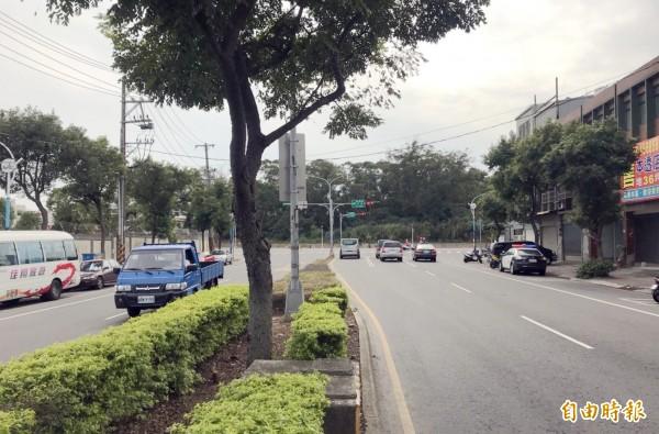 中壢龍慈路與龍岡路三段交叉處是T字路口,市府斥資近20億元,將打通延伸至台66線。(記者李容萍攝)