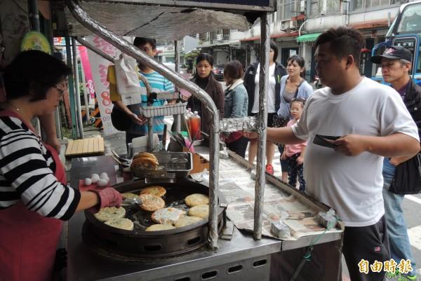 阿婆蔥油餅經常大排長龍。(記者江志雄攝)