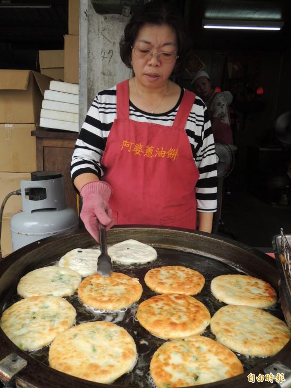阿婆蔥油餅讓人垂涎三尺。(記者江志雄攝)