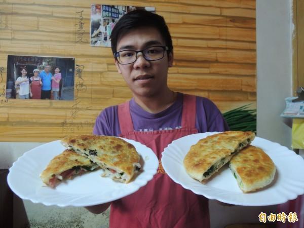 阿婆蔥油餅第3代接班人楊宗益,端出店內2款主力產品傳統蔥油餅(右)與冠軍小珊。(記者江志雄攝)
