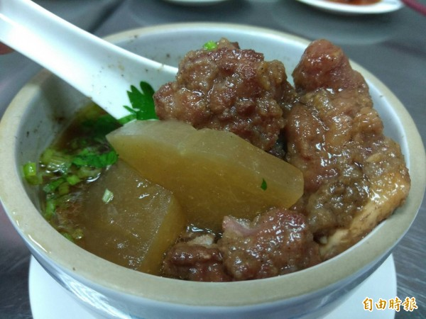 排骨肉大塊、冬瓜入口即化、湯頭濃郁,是「丸李排骨酥」吸引饕客的特色。(記者洪定宏攝)