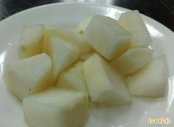 小菜使用美濃白玉蘿蔔自行醃製。(記者洪定宏攝)