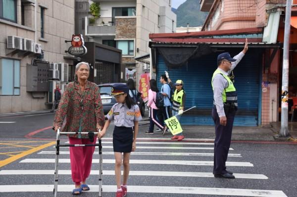 首次擔任「小女警」的黃佳瑩,配合新城警分局在北埔國小附近商圈,與值勤員警及導護志工向晨間運動長者進行道路指引,模樣可愛專業。(新城警分局提供)