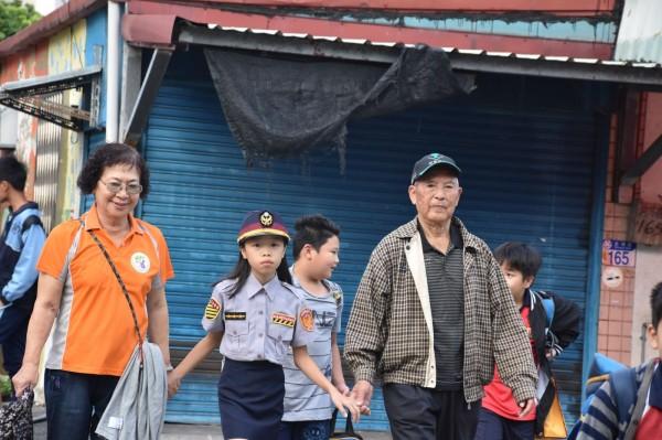 首次擔任「小女警」的黃佳瑩,身穿全套女警制服,模樣可愛動人,還主動牽起老奶奶的手行走在斑馬線上。(新城警分局提供)