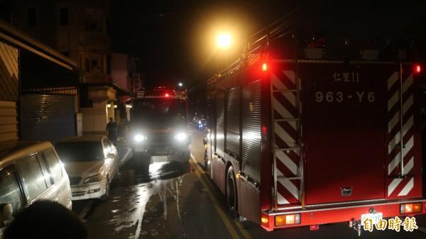 花蓮縣吉安鄉南海四街一處民宅今晚傳出火警,消防人員出動緊急灌救。(記者王錦義攝)