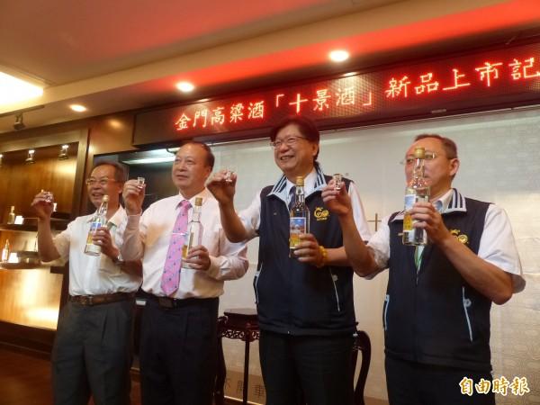 金酒公司「金門新10景酒」問世,金酒董事長張鳴仁(右2)、金門酒類公會理事長陳再德(左2)連袂背書。(記者吳正庭攝)