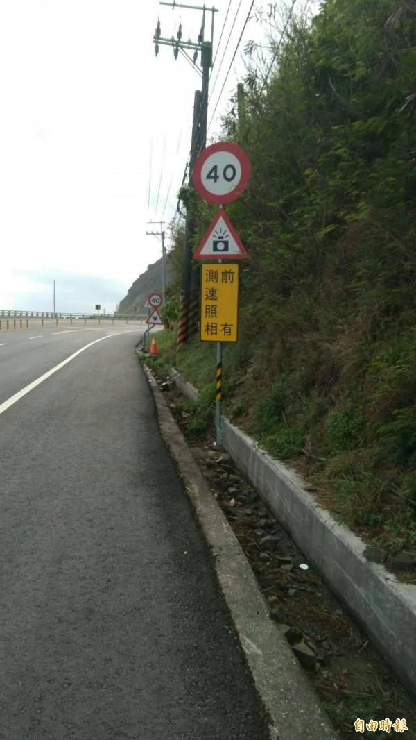 「前有測速照相」等文字警語明年起全面取消,台東縣先行合併新舊施作警告標語,讓用路人得以習慣。(資料照,記者陳賢義攝)