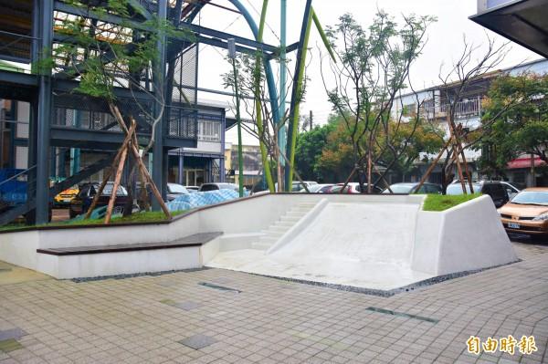 鄉公所鄰近民宅,週邊規劃溜滑梯等休憩設施,除辦公外也有小公園的功能。(記者張議晨攝)
