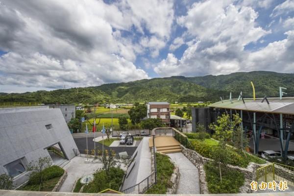 三星鄉公所新的辦公廳舍,利用綠元素及山元素,與週邊山景融合。(寬和建築師事務所提供)