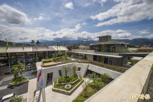三星鄉公所建築融合在地文化與綠色環保,入圍今年台灣建築獎。(記者張議晨攝)