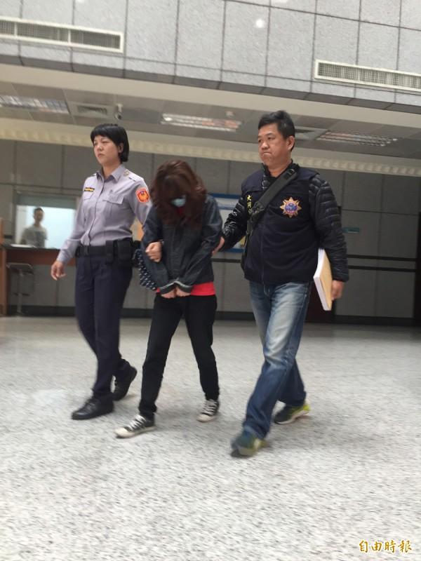 46歲鍾姓女嫌依毒品及槍砲案移送。(記者陳恩惠攝)