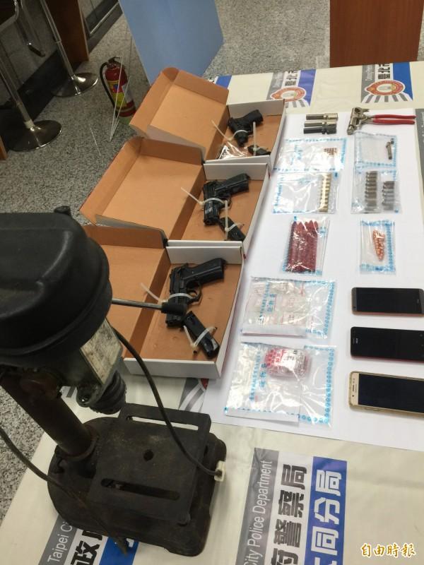 警方在鍾女住處起出陳嫌交付保管的改造槍彈、工具一批及89公克安非他命毒品。(記者陳恩惠攝)